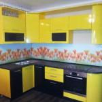 Кухня угловая, черно-желтая (кухонный гарнитур), производен на заказ компанией «Дельта-мебель» в Томске