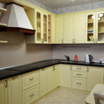 Кухня кремовая, угловая, изготовлена на заказ в Томске
