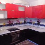 Кухонный гарнитур черно-бело-красный